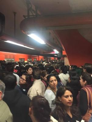 Esto es un andén del metro lleno en Ciudad de México