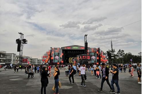 Personas en el escenario principal del Vive Latino 2019