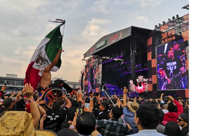 Hombre en silla de ruedas con la bandera de México dentro del VL 2019