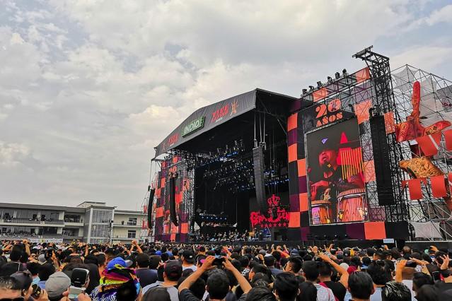 Gente en el escenario principal del VL 2019 mientras toca el Gran Silencio