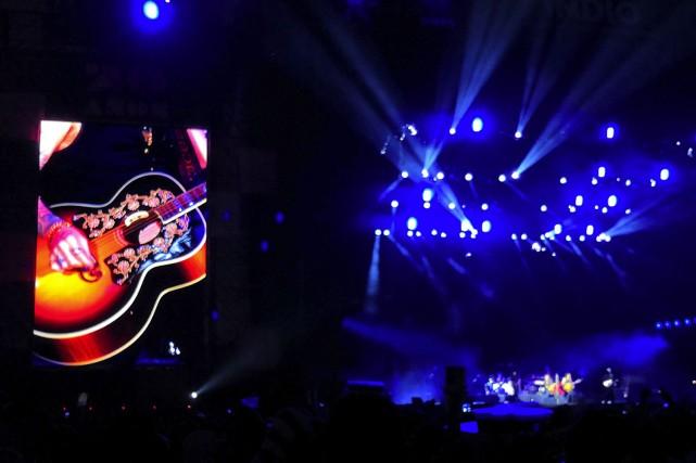 Enrique Bumbury tocando música de noche