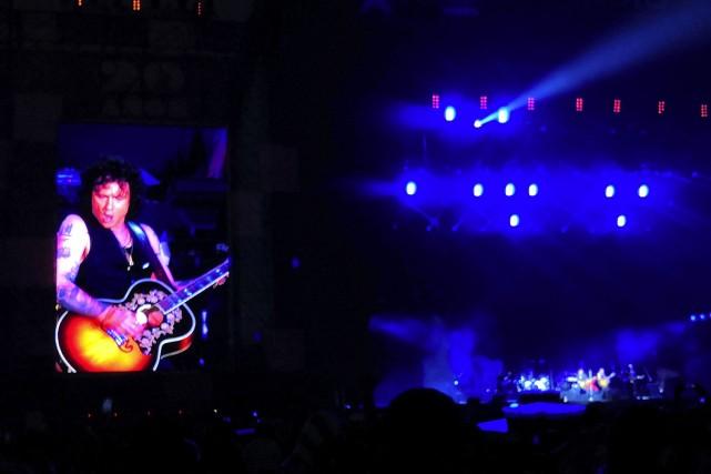 Enrique Bumburi en el VL 2019 tocando una guitarra